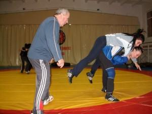 Antrenorul Brânduşan supervizează pregătirea junioarelor