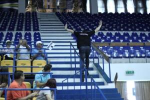 Dan Ionescu răspunzând provocării elevelor sale proaspăt campioane la U23