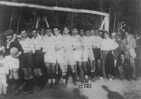 Echipa Comloşana la marile serbări din 15 august 1934: Tudor Chiroiu (x), Gheorghe Ciolac (xx)