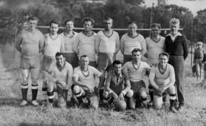 Echipa locală la inaugurarea terenului din parc, în vara anului 1950 (fotografie din albumul lui Cornel Țihoi)