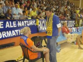 Cu Ancuța Stoenescu înainte de un meci între rivalele Arad și Târgoviște. TImișoreanca a suferit în acea serie o accidentare destul de gravă. Foto: Sorin Carstea